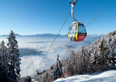 Korutány jsou jinak spíše hornatou krajinou, v zimě jsou zde výborné lyžařské podmínky. Lyžařská střediska jsou například Goldeck, Bad Kleinkirchheim, Katschberg, Nassfeld a Gerlitzen.